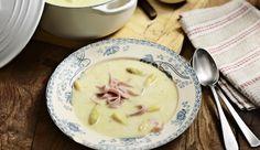 Die klassische Spargelcremesuppe kannst du ganz leicht selbst zubereiten. Dazu brauchst du frischen Spargel, cremige Sahne und würzige Schalotten. Verfeinere die Suppe zum Schluss mit herzhaften Schinkenstreifen. Super einfach und lecker!