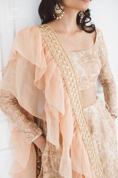 Luxurious Rose Gold Lehenga Love this rose gold peach lehenga with full sleeves lehenga blouse desig Indian Designer Outfits, Indian Outfits, Designer Dresses, Designer Lehanga, Indian Attire, Gold Lehenga, Indian Lehenga, Floral Lehenga, Lehnga Dress