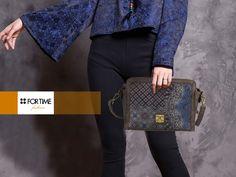 Bolso bandolera azul con print de FOR TIME