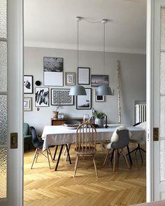 Helles Esszimmer - Holzstühle, Lampen aus Beton, Gallery wall und Fischgrätenparkett