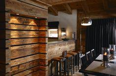 SECRET La niche, construite en lames de vieux bois ajouré, est en fait une boîte secrète. Entre chaque lame, un joint négatif donne un effet particulier au volume et une direction. De l'autre côté de la boîte se cache en effet une porte et un escalier qui mènent à la chambre nuptiale.