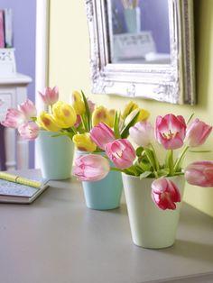 Ca. 20 Tulpen in RosaCa. 10 Tulpen in Gelb3 Vasen in MinttönenRosenschereMesser1. Stiele der Tulpen von überschüssigem Grün befreien.2.