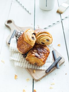 pains au chocolat maison, explication complète (recette chocolatine) - the recipe is in French, but they look very yummy! Breakfast Pastries, Bread And Pastries, Breakfast Bake, Brunch Recipes, Sweet Recipes, Breakfast Recipes, Dessert Recipes, Croissants, Food Inspiration