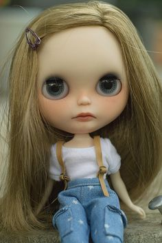 Blythe sitting pretty! Where are you, it's getting late!  :D