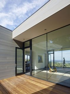 Located in Sonoma Valley, California, Box on the Rock is a sq ft private residence designed in 2015 by Schwartz and Architecture. Modern Residential Architecture, Architecture Photo, Modern Interior Design, Interior And Exterior, Sunrise Home, Casa Patio, Sonoma Valley, Architecture Wallpaper, Wallpaper Magazine