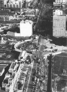 *1970.- Els primers moviments de terres al lateral de la Granvia es poden apreciar a la dreta de la imatge. L'originària plaça Cerdà quedaria coberta en pocs mesos en unscalextricde viaductes i ponts per enllaçar amb el nou Primer Cinturó de Ronda, actualment conegut com a Ronda del Mig #