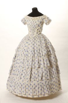 Historical fashion and costume design. Victorian Gown, Edwardian Dress, Victorian Fashion, Vintage Fashion, French Fashion, Old Dresses, Pretty Dresses, Vintage Dresses, Vintage Outfits