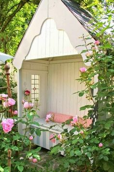 rosengarten gartengestaltung englischer garten gartenhaus sitzbänke kissen