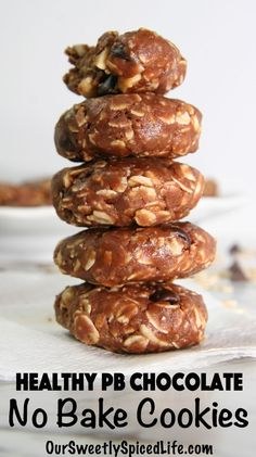 Try this recipe for healthy peanut butter chocolate no bake cookies! Packed with chocolate chips, peanuts, and old fashioned oats, this soft chewy cookie is flourless and has no refined sugar. Quick Healthy Snacks, Healthy Brunch, Easy Snacks, Healthy Breakfast Recipes, Healthy Baking, Healthy Treats, Healthy Foods To Eat, Brunch Recipes, Healthy Recipes
