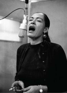"""Billie Holiday, enregistrement de """"Lady in satin"""" à New York, décembre 1957. Photo de Don Hunstein."""