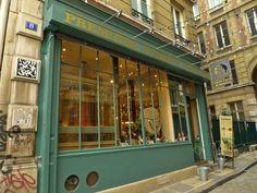 8 Cour du Commerce Saint-André - C'est là que Jean-Paul Marat publiait son journal révolutionnaire L'Ami du Peuple et qu'il fut assassiné le 13 juillet 1793 par Charlotte Corday .