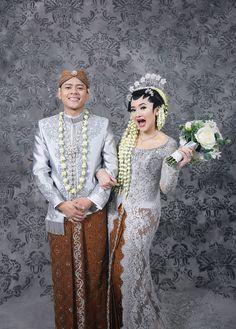 Modern Javanese Wedding of Alyssa and Heru at Sasana Kriya - wedding dresses muslim Country Wedding Colors, Country Wedding Songs, Wedding Poses, Wedding Photoshoot, Wedding Attire, Wedding Ideas, Javanese Wedding, Indonesian Wedding, Malay Wedding