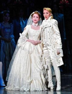 結婚衣装を身にまとい寄り添う綺咲愛里(左)と紅ゆずる=宝塚大劇場(撮影・持木克友)