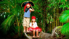 Schatzsuche (Alter 4 / 5 Jahre) Geht im Haus oder im Garten. Bei den Kindern muss nur eine Begleitperson sein. Die Schatzkarte sollte mit großen Bildern von Bäumen gestaltet sein. An jeder Station muss die kleinen Piraten ein Bildrätsel erwarten. Sie könne z. B. verschiedene Bilder mit Piraten benutzen. Zeigen Sie den Kindern solches Bild und fragen sie: «Wie viele Piraten haben eine Augenklappe?». Am Ende der Schnitzeljagt sollten die kleinen Piraten einen Schatz finden.