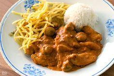 Heerlijke romige Stroganoff met kip en champignons, geserveerd met rijst en mini frietjes.