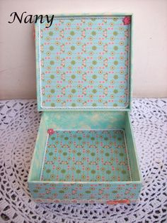 Detalhe da parte interna da caixa, laterais internas com pintura mesclada e fundo revestido com tecido.