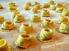 I marubini sono una pasta ripiena tipica cremonese. Vengono realizzati con pasta fresca ed un ricco ripieno di carne e vanno, poi, cotti in un ottimo brodo Fresco, Pizza, Gnocchi, School Snacks, Frittata, Bento, Pasta Recipes, Risotto, Entrees