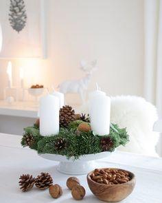 Dieses Jahr fällt unser Adventskranz schlicht aus, mit Nüssen, Moos, Tannengrün & Zapfen!