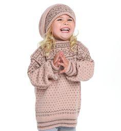 Klassisk strikkegenser til barn med tradisjonelt mønster. Du kan enten strikke i økologisk ull eller babyalpakka. Etisk handel og bærekraftig produksjon. #aknitstory #strikk #strikkegenser #strikktilbarn #tradisjonsstrikk #norskdesign #norwegiandesign Crochet Hats, Knitting, Fashion, Threading, Knitting Hats, Moda, Tricot, Fashion Styles, Breien