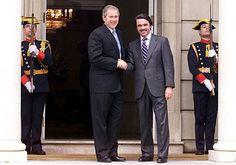 Bush y Aznar en las escalinatas del Palacio de la Moncloa (Madrid). 12 de junio de 2001.