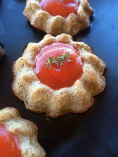 Une petite recette très sympa et qui se mange bien en apéro :-) Je l'ai fait très simplement et très rapidement en utilisant un caviar d'aubergine en bocal, mais vous pouvez très bien le faire vous-même suivant votre recette habituelle et le faire cuire...