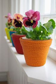 Crochet Flowers Easy amazing colorful flower pot covers - These are 33 quick and easy crochet flower pots and plant cover ideas.Using some colorful yarn and going handy with your crochet sticks you can easily croch Crochet Puff Flower, Crochet Flower Patterns, Crochet Designs, Crochet Flowers, Crochet Simple, Unique Crochet, Crochet Home, Crochet Gifts, Plant Covers