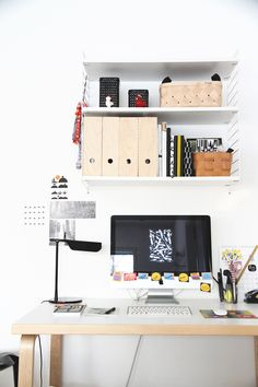 hunajaista tyopoyta tyopiste imac artek string hylly flos tabt Workspace Desk, Home Office Space, Office Spaces, Home Organization, Shelving, Beautiful Homes, New Homes, Interior, House