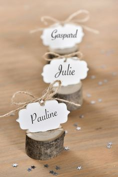2 wooden log place cards, birthday decoration and themed parties on Vegaoo Party - - Christmas Ad, Christmas Lights, Christmas Wreaths, Birthday Card Decoration, Diy Crafts To Do, Party Places, Party Themes, Theme Parties, Place Cards