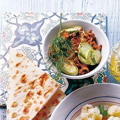 Zucchini mit Hackfleisch | 5 Zucchini, möglichst mit hellgrüner oder gelber Schale, vom Markt oder aus dem türkischen Lebensmittelladen, 2 Zwiebeln, 2 Knoblauchzehen, 2 Tomaten, 4 EL Olivenöl, 250 g Rinderhackfleisch, Salz, schwarzer Pfeffer, frisch gemahlen, ½ Bund Dill und Dill zum Garnieren