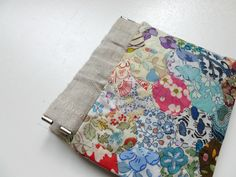 Where the Orchids Grow: Flex frame pouch tutorial (made with Liberty fabric scraps) Hexagon Patchwork, Hexagon Quilting, Patchwork Tutorial, Snap Bag, Frame Purse, Small Sewing Projects, Wallet Tutorial, Freebies, Liberty Fabric
