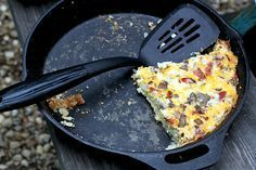 Camping Recipes: Breakfast Pizza. Prepared and served in a Lodge Cast Iron Skillet. USA made since 1896! Fire Cooking, Dutch Oven Cooking, Dutch Ovens, Skillet Cooking, Cooking Bread, Cast Iron Cooking, Cooking Torch, Skillet Meals, Outdoor Cooking