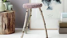 En gammel slidt skammel kan forvandles til en trendy lille sag med nye træstammeben og et lækkert hæklet cover. Du skal kun et smut i skoven og derefter gribe fat i hæklenålen