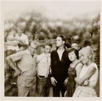 #Elvis #Presley (1935-1977). Kleinbild-Photo mit eigenh. Unterschrift verso. Vintage. Bad Nauheim, Stempel Photo Boelke, ca. 1959. 6 x 6 cm. Im Kreise hessischer Fans am Gartenzaun. Sehr lässig. (...)
