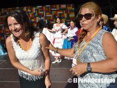 """La presidenta de la Asociación ACEDICAR entregó personalmente la medalla de reconocimiento a una de las artistas por su destacada labor en tarima durante la presentación en Plaza Cataluña. La Asociación ACEDICAR como cada año presentó a los mejores artistas ecuatorianos y latinos en tarima durante la Muestra de Asociaciones organizado por el Ajuntamet de Barcelona y que llevó este año lema de """" Ecuador, entre ilusiones y fantasías"""". El evento se enmarca dentro de las actividades de las…"""