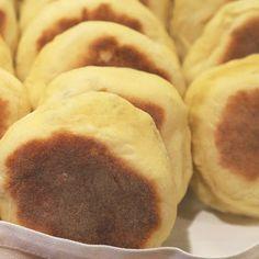 Bolos Levedos! :) Portuguese Bread, Portuguese Desserts, Portuguese Recipes, Azores, Sausages, Breads, Portugal, Deserts, Food