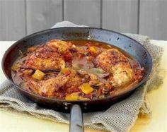 Μπουτάκια κοτόπουλου με μαυροδάφνη, πιπεριές και μανιτάρια