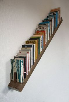 90 Amazing DIY Bookshelf Design To Complement Your Home Decoration 40 - homydezign Diy Bookshelf Design, Simple Bookshelf, Creative Bookshelves, Bookshelf Ideas, Diy Bookshelf Wall, Bookshelf Decorating, Decorating Ideas, Staircase Bookshelf, Apartment Bookshelves