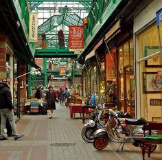 Paris'te bulunan Saint-Ouen Bit Pazarı, dünyanın en büyük antika ve eski eşya pazarı olma özelliği taşıyor. Les Puces de Saint-Ouen à Paris représentent la plus importante concentration d'antiquaires et de brocanteurs du monde.