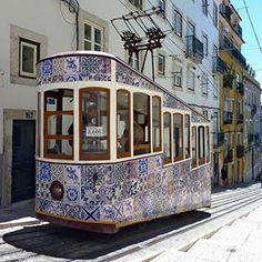 Tranvía con azulejos. Lisboa.