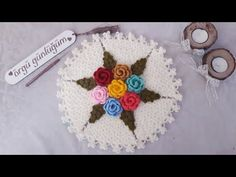 Yuvarlak ve Değişik 3 Tane Lif Modelleri ve Yapılışları olan bu sayfamız da sizlere Çiçekli Lif Örneklerinden oluşan Şık Modeller sunmak istiyorum. Üçgen pencereler içinde Puf çiçekler olan Yuvarlak Örgü Ovunma yıkanma bezi ilk videoda yapılışı olan oldukça kolay bir örnek ile yapılmış. Devamını Oku Crochet Flower Squares, Crochet Flowers, Crochet Chart, Crochet Videos, Baby Knitting Patterns, Doilies, Crochet Earrings, Stitch, Crafts