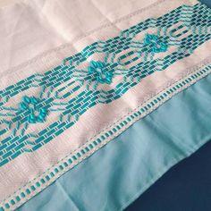 Pano de prato bordado: 90 modelos lindos para inspirar e tutoriais Hand Embroidery Designs, Ribbon Embroidery, Bordado Tipo Chicken Scratch, Swedish Weaving Patterns, Picnic Blanket, Outdoor Blanket, Swedish Embroidery, Crochet, Diy And Crafts
