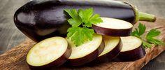 """A berinjela é um legume muito versátil e saudável, que proporciona muitos benefícios à saúde. Versátil, é fácil incorporá-la no cardápio.De acordo com o médico Juliano Pimentel, autor do livro """"Viva Melhor Sem Glúten"""", ela apresenta cinco benefícios principais. Confira:  Ajuda a..."""