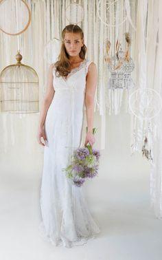 mona berg Kollektion 2017, Narzisse. Dieses Kleid ist ideal für die Frau, die es figurbetont mag, da es in der angesagten Fishtail Silhouette gefertigt ist. Das Oberteil haben wir in Wickeloptik und V-Ausschnitt gearbeitet.