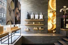 Деревянные настенные полки в необычном дизайне магазина