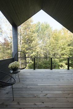 Let's have a look at a residential house by DKA Architects built in the Laurentians. Designed by DKA Architects, this residence is hidden by a curtain of Garage Apartment Plans, Garage Apartments, Small Terrace, Terrace Garden, Saint Sauveur, Forest House, Modern House Design, Modern Houses, My House