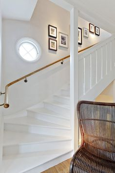 Fint - sätta in ett extra litet fönster? White Hallway, White Staircase, Staircase Design, Beautiful Stairs, Glam Living Room, Home Additions, Home Decor Inspiration, Home Renovation, Stairway