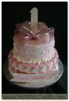 cake-cute-fun-baby-first-1st-birthday-girl-girly-adorable-monogram-bow-ribbon-pink-detailed-pearls-flowers-fondant-princess-banner.jpg (423×623)