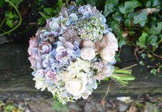 Verde Pimienta | Azules otoñales - Ramo de hortensias gallegas tiznadas, con rosas ramificadas rosas y cremas, flor de arroz  y flor de cera.