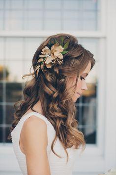 lockige Haare, eine Blume im Haar mit grünen Blätter unschuldigen Look Hochzeit Frisuren