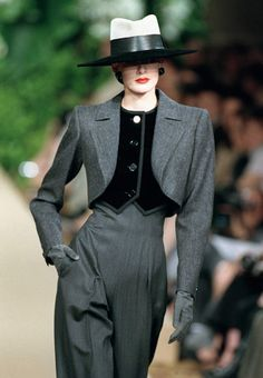 Le tailleur-pantalonPARIS: HAUTE COUTURE SAINT LAURENT 2001 FASHION SHOW
